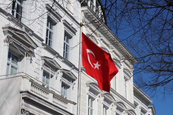 Türkische Fahne vor türkischem Konsulat, Hamburg