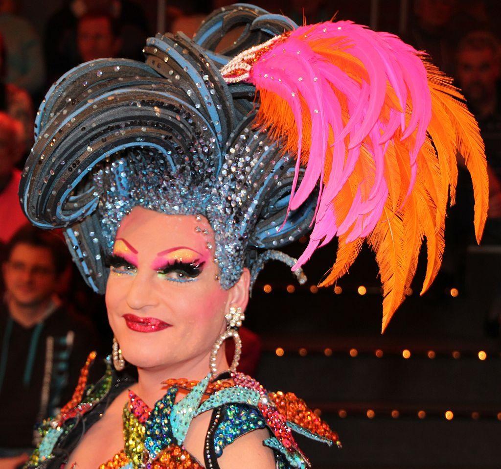 Olivia Jones kostümiert und geschminkt während einer Travestieshow.