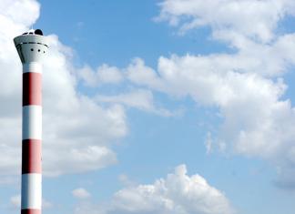 Der Leuchtturm in Blankenese vor einem blauen Himmel mit weißen Wolken.