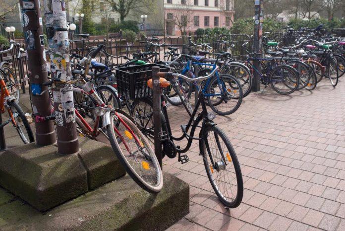Fahrräder am Bahnhof Altona. Foto: Harriert Dohmeyer