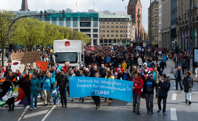 2000 Demonstranten March for Science in Hamburg Rathausmarkt Uni