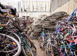 Zahlreiche Fahrräder stehen am 25.04.2017 in Hamburg auf einem Firmengelände.