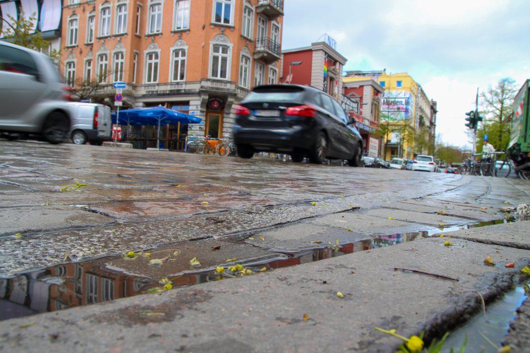 Für Fahrradfahrer ist das Schulterblatt eine gefährliche Straße. Foto: Christoph Petersen