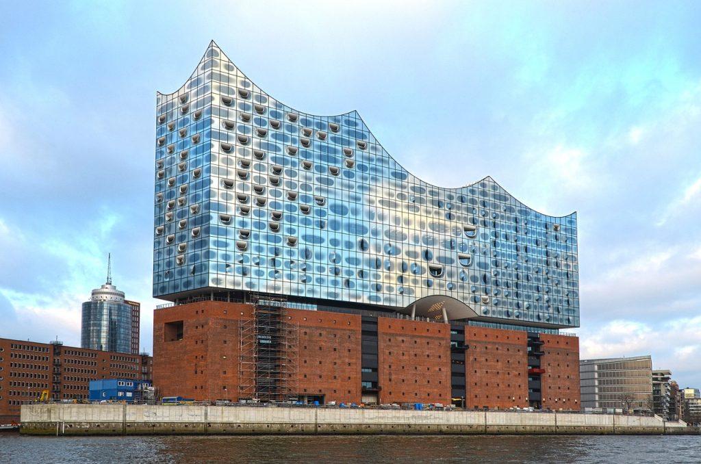 Zu sehen ist die Elphilharmonie am Hamburger Hafen.
