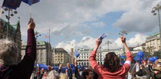 Die Demonstranten bei Pulse of Europe auf dem Rathausmarkt. Foto: Talika Oeztuerk