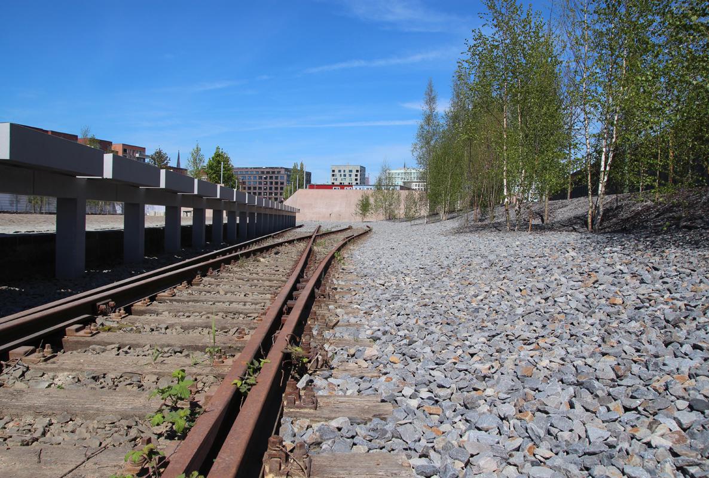 Am Gedenkort Hannoverscher Bahnhof liegen heute noch die Gleise, auf denen die Züge Richtung Auschwitz fuhren.