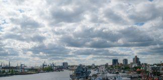 Wolken ziehen in Hamburg über den Hafen. Um die Stickoxid-Belastung zu verringern, muss der Luftreinhalteplan angepasst werden.