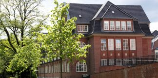 Campus Finkenau im Frühling. Sonnenschein, grünes Gras und grüne Bäume.