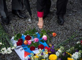 Überlebende KZ Neuengamme Blumen