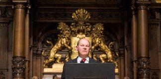 Bürgermeister Olaf Scholz im Rathaus. Foto: Christophe Gateau/DPA
