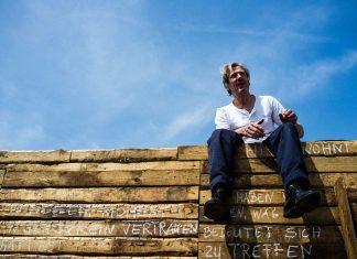 Christoph Finger als der Mann im Haus. Performance The time between us beim Theater der Welt Festival