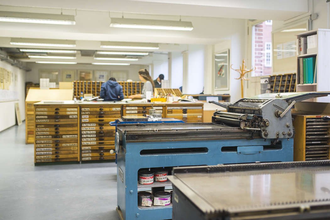 Typographie Labor HAW Hamburg DMI Kommunikationsdesign Druckmaschine