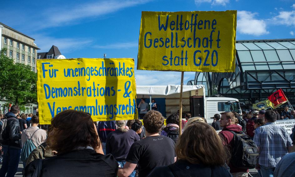 Demonstranten am Hachmannplatz halten Schilder hoch.