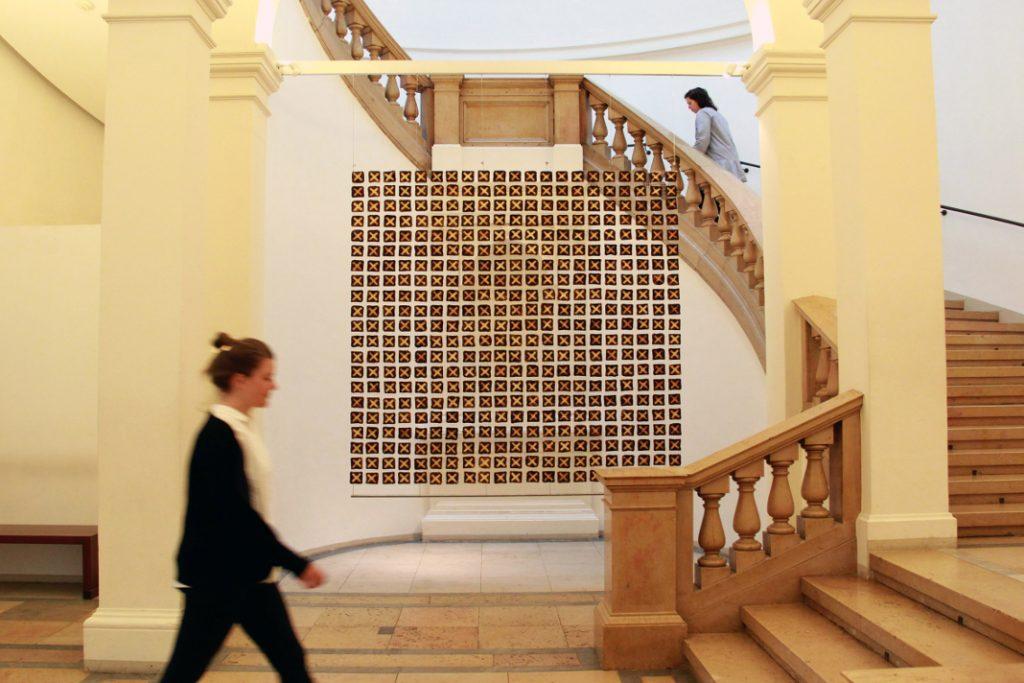 400 Toastscheiben in einem Quadrat arrangiert. Toast als Medium auf der food Revolution im Museum für Kunst und Gewerbe
