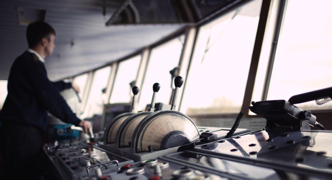 Offizier auf einer Schiffsbrücke.