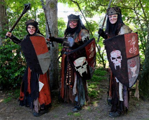Die drei stellen untote Nonnen dar und agieren bei LARP-Treffen als Feinde der Spieler