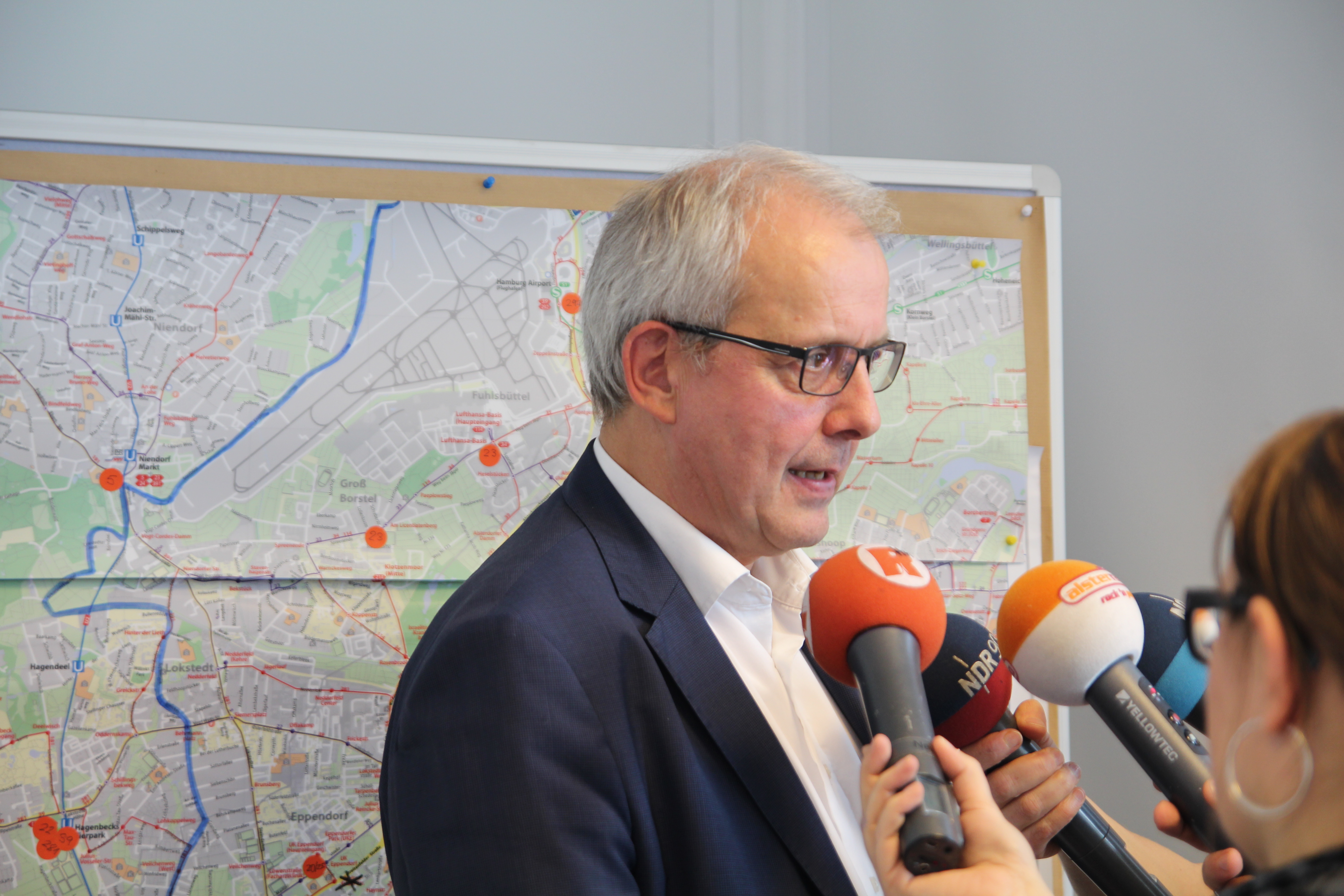 """Hochbahnsprecher Christoph Kreienbaum erläutert das HVV-Konzept. """"Jeder Fahrgast wird an sein Ziel kommen."""" Foto: Catalina Langer"""