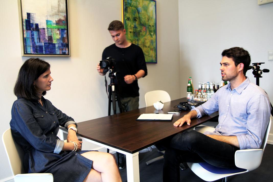 Spitzenkandidatin der Hamburg-FDP Katja Suding, zusammen mit den FINK.HAMBURG-Redakteuren Christoph Petersen und Mats Mumme (Mitte). Foto: Julian Kornacker