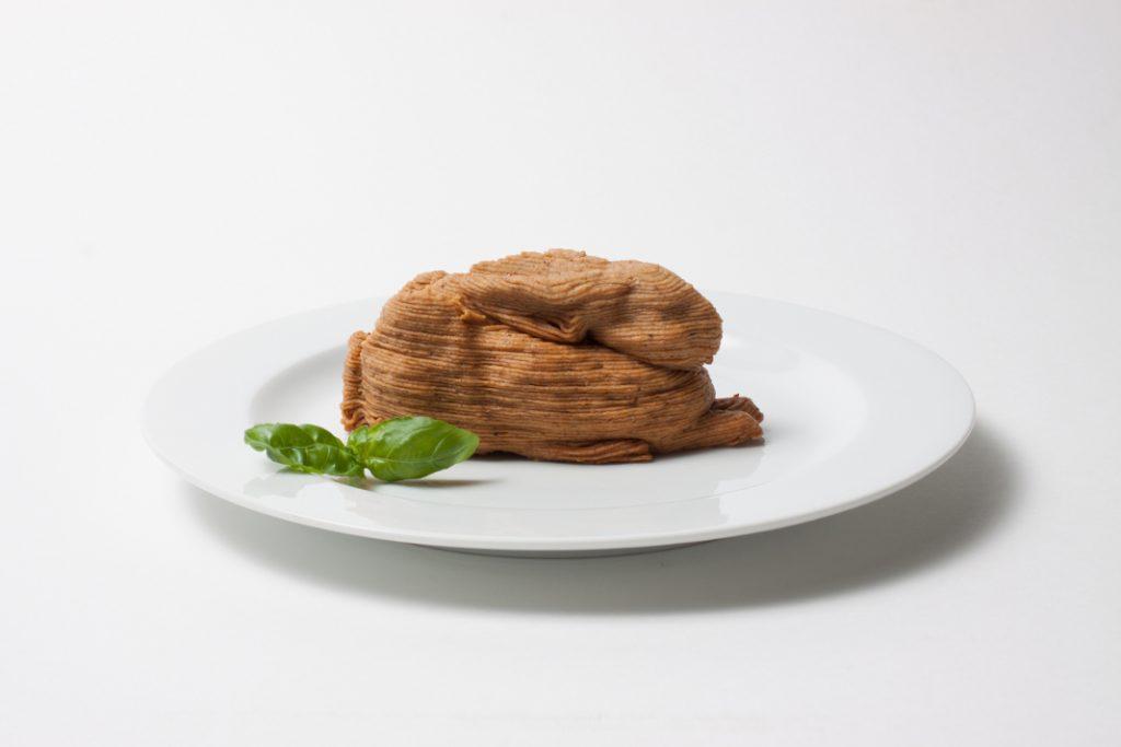Ein aus Mehlwurmpaste gepresster Hase auf einem Teller.
