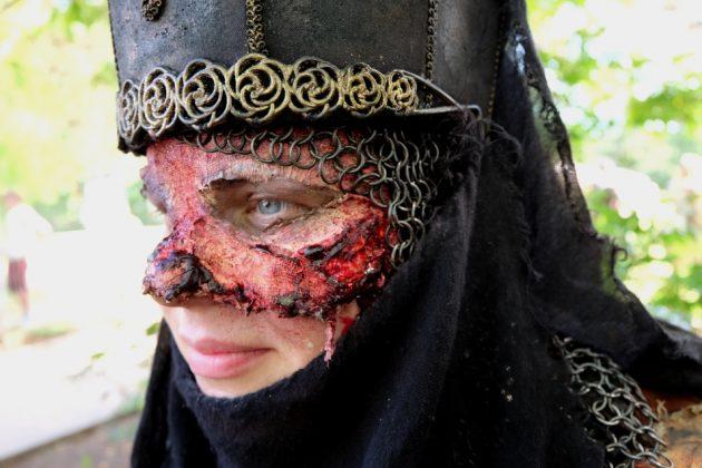 Die blutige Maske soll unterstreichen, dass der Charakter eine Untote ist.