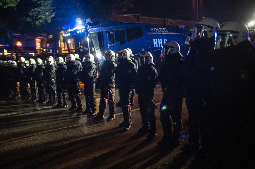Polizeiaufgebot mit Wasserwerfer am Pferdemarkt.