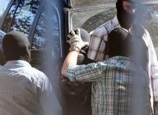 Archivbild: Einer der Angeklagten wird beim Bundesgerichtshof in Karlsruhe dem Ermittlungsrichter vorgeführt.