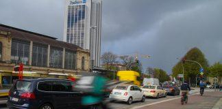 Niederländischer Griff: Die Fahrertür immer mit de rechten Hand öffnen.