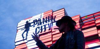 Rockstar Udo Lindenberg vor dem Klubhaus St. Pauli am Spielbudenplatz. Lindenberg will an der Hamburger Reeperbahn eine «Panik City» errichten. Foto: Christian Charisius/dpa