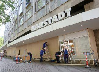 Karstadt-Filliale vernagelt Schaufenster