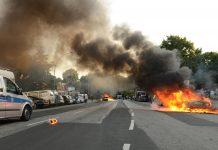 """Ein brennendes Auto nach der G20-Demo """"Welcome to hell"""". Foto: Lars Klemmer/dpa"""