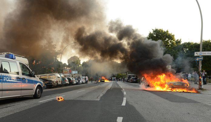 Ein brennendes Auto nach der G20-Demo