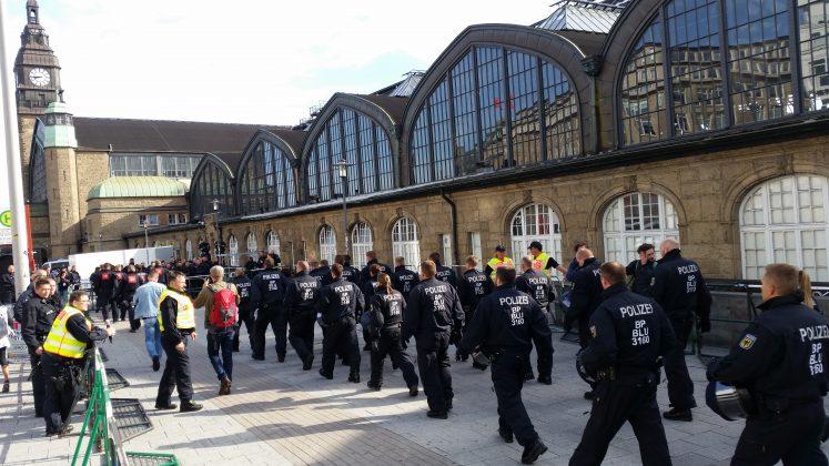 Ein Zug mit Aktivisten aus Basel kommt am Hauptbahnhof an. Foto. Jan Siemers.