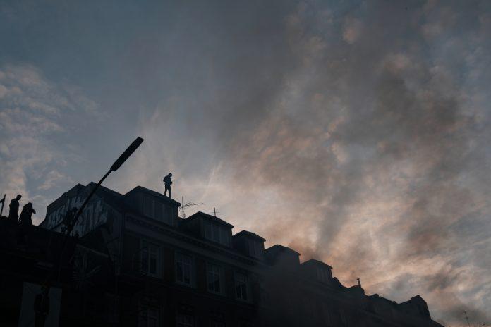 Autonome auf dem Dach eines Wohnhauses am Schulterblatt.