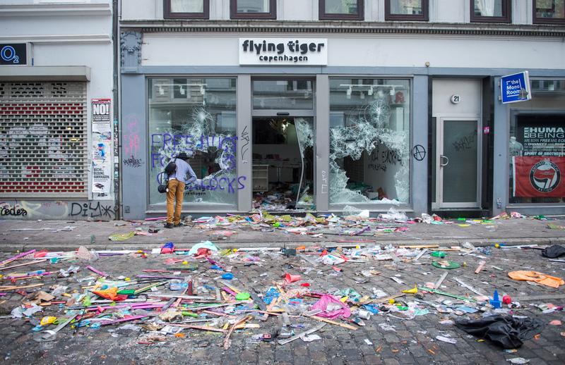 Ein Geschäft mit zerstörten Fensterscheiben.