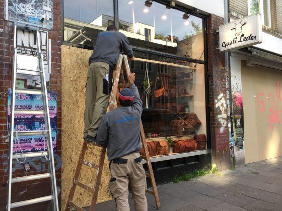 Schaufenster werden mit Holz verbarrikadiert