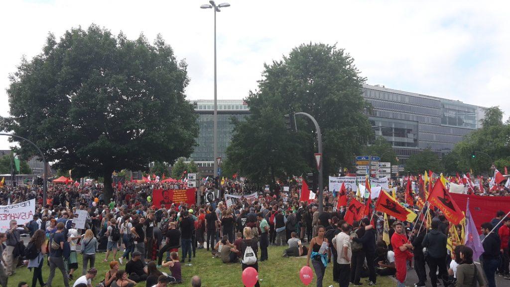 Tausende Demonstranten treffen sich am Deichtorplatz.