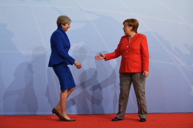 Bundeskanzlerin Angela Merkel begrüßt Theresa May, Premierministerin von Großbritannien.