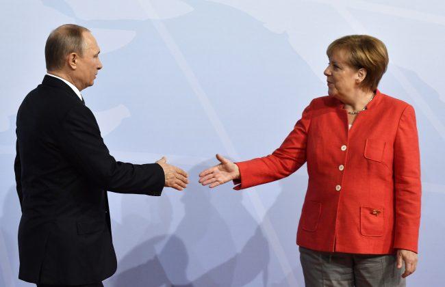 Bundeskanzlerin Angela Merkel begrüßt aden russischen Präsidenten Wladimir Putin.