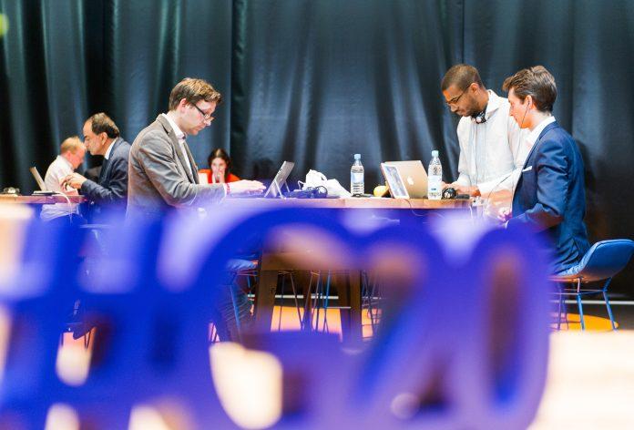 Ein Blick ins G20-Medienzentrum. Mehreren Journalisten wurde grundlos die Akkreditierung zum Gipfel abgenommen, berichten mehrere Medien. Foto: Christina Sabrowsky/dpa