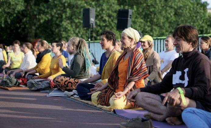 Meditieren gegen G20: Yoga-Gipfel auf der Kennedybrücke. Foto: Laura Lagershausen