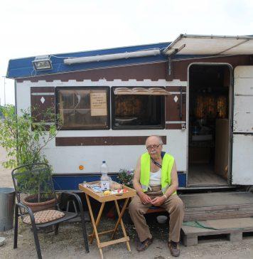 Parkplatzwächter Ayax vor seinem Wohnwagen. Foto: Lesley-Ann Jahn