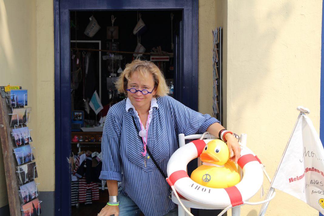 Susanne Häußler vor ihrem Laden an den Landungsbrücken. Foto: Agata Strausa