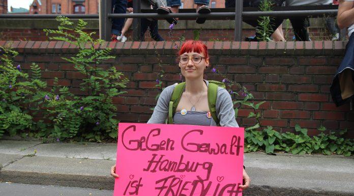 """Kathi (29) demonstriert bei """"Hamburg zeigt Haltung"""" für ein gewaltfreies und friedliches Hamburg. Foto: Catalina Langer"""