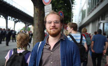 """Fabi (23) lief bei """"Hamburg zeigt Haltung"""" mit. Foto: Catalina Langer"""