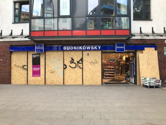 Glasfront von Drogeriemarkt Budni verbarrikadier