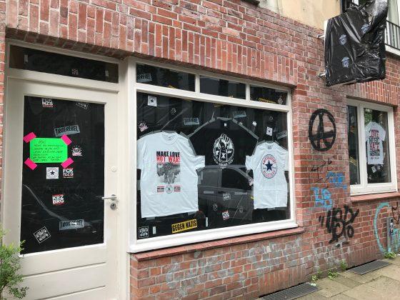 Schaufenster mit bedruckten T-Shirts verhängt