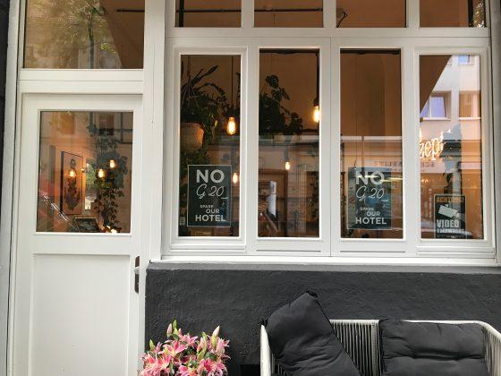 """Plakate mit der Aufschrift """"NO G20 Spare Our Store"""""""