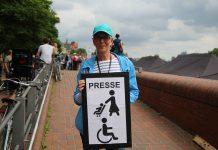 """Nicola (55) ist ehrenamtliche Helferin bei """"Hamburg zeigt Haltung"""". Foto: Agata Strausa"""