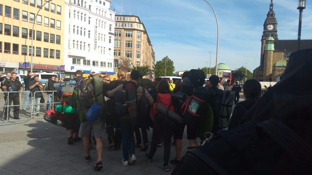 Rund 600-800 Demonstranten kamen heute mit einem Sonderzug aus Basel in Hamburg an. Foto: Robert Bauguitte