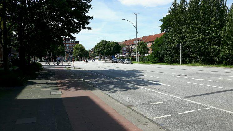 Die Hamburger Straße ist gespenstisch leer. Foto: Oliver Koop.